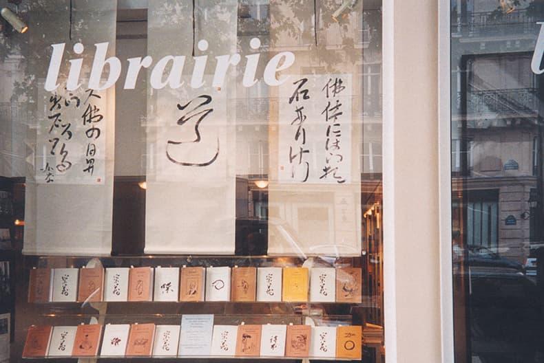 Photo de livres et de rouleaux calligraphiés exposés à la librairie la Hune
